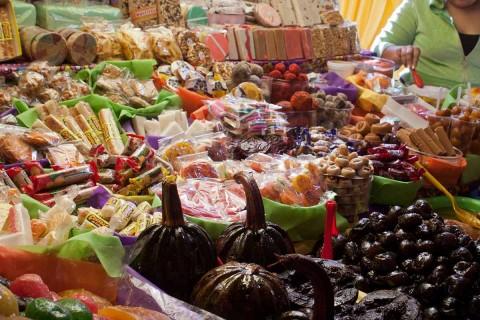 El consumo de azúcares en dulces también provoca caries, considerada un problema de salud pública en México.  Foto: Cuartoscuro