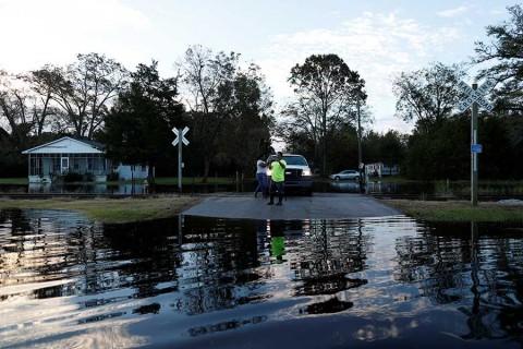 'Florence' sigue debilitándose, pero mantiene lluvias en EU