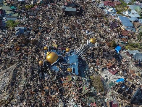 Alerta de tsunamis falló en Indonesia; suman 844 muertos