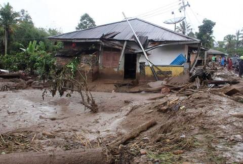 Al menos 22 muertos y 15 desaparecidos en Indonesia por lluvias
