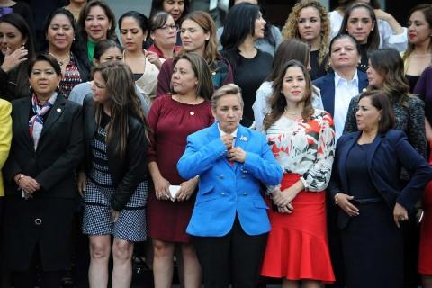 Foto grupal de diputadas de los distintos partidos de la LXIV Legislatura instalaron la Bancada de Mujeres con la que impulsarán iniciativas a favor de los derechos humanos de las mujeres. Foto: Cuartoscuro