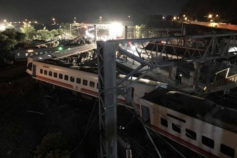 Al menos 17 personas han muerto y más de un centenar resultaron heridas al descarrilar un tren cerca de Taipei, en el norteño distrito de Yilan