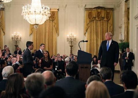 Retiran credencial a periodista de CNN increpado por Trump