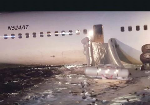 Avión realiza aterrizaje de emergencia y deja 6 heridos