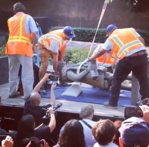 Retiran en Los Ángeles, Estados Unidos, una estatua de Cristóbal Colón, 'responsable de un genocidio'