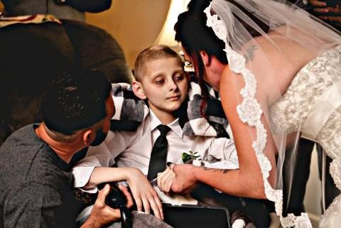 Niño con enfermedad terminal cumple su último deseo y acompaña a su madre el día de su boda