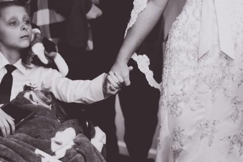 Niño cumple su último deseo antes de morir y lleva a su madre al altar — Desgarrador video