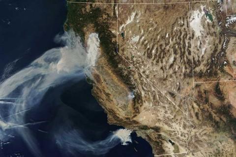 Hallan ocho cuerpos más en incendios de California