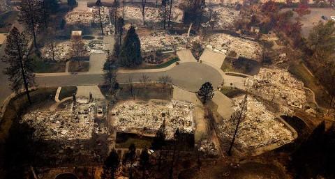 Rebajan cifra de desaparecidos por incendios en California