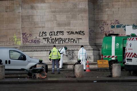 Macron examina daños al Arco del Triunfo tras disturbios