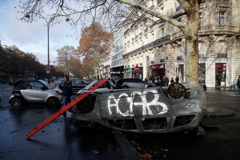 Ofrece Macron diálogo a manifestantes para resolver crisis