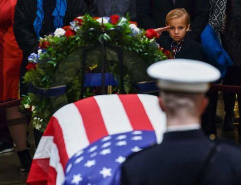 Miles hacen fila para despedir al expresidente George H.W. Bush en Estados Unidos