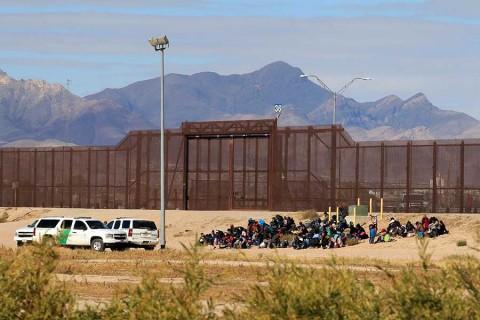 Más de 400 migrantes cruzan a Estados Unidos desde México y piden asilo