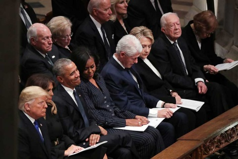 Trump ignora a los Clinton en funeral de Bush