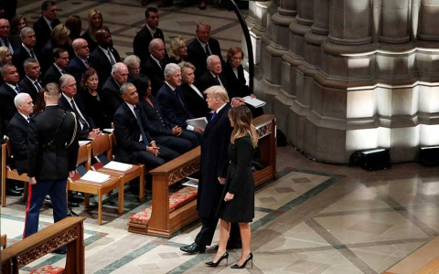 Trump aplica 'ley del hielo' a los Clinton en funeral de Bush