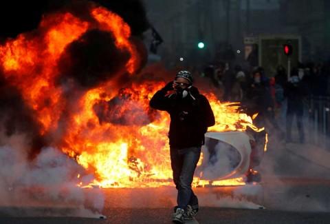 'Chalecos amarillos' rompen cerco y causan disturbios en toda Francia