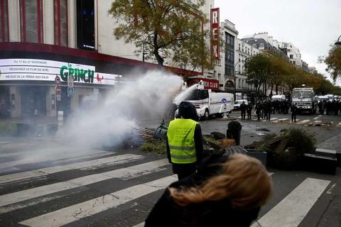 Policía de Francia contiene protestas; al menos 700 detenidos