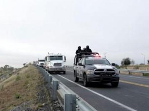 Efectivos de la Policía Federal ubicaron varios vehículos autotanques tipo cisterna que entraban y salían de una brecha en el municipio de San Miguel Xoxtla, Puebla. Foto: Especial