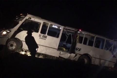 Autoridades estatales y municipales reportaron que anoche, un autobús de pasajeros con más de 60 personas a bordo se volcó cuando circulaba sobre el bulevar Calcopirita