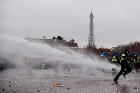'Chalecos amarillos' causan altercados en París; más de 50 detenidos