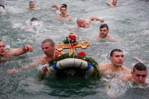 Putin se da chapuzón en agua helada por la Epifanía