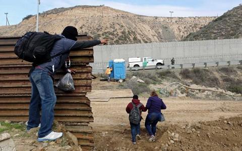 Líder demócrata abre posibilidad de aceptar muro fronterizo