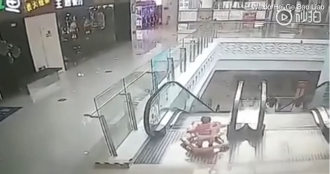 Bebé cae por escaleras eléctricas tras descuido de su madre