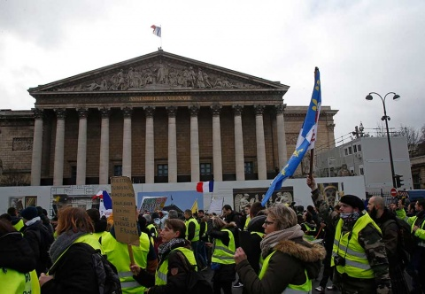 'Chalecos amarillos' se mantienen en pie de lucha en Francia