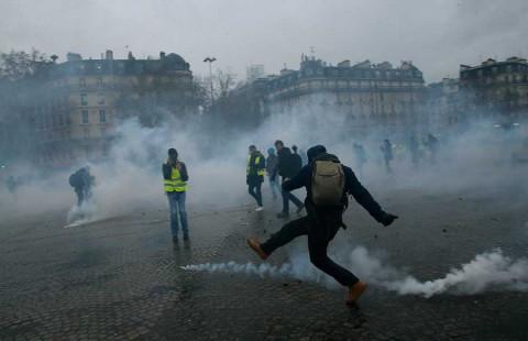 'Chalecos amarillos' redoblan protestas para presionar más a Macron