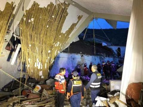 Boda acaba en tragedia por derrumbe: al menos 15 muertos