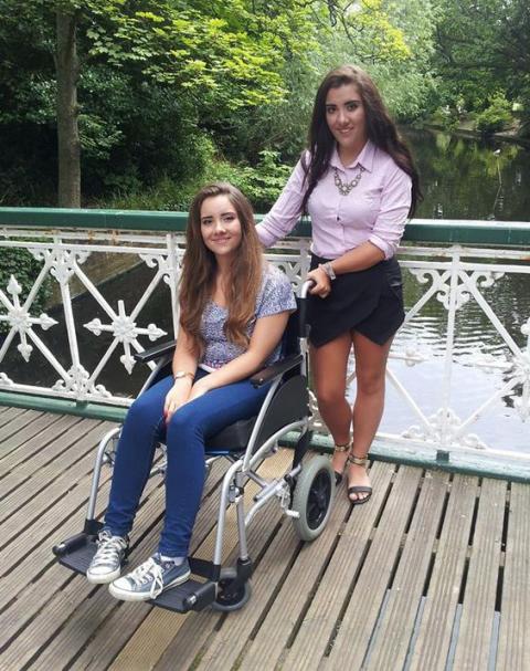 Joven queda en silla de ruedas tras cuidar a una gatita callejera