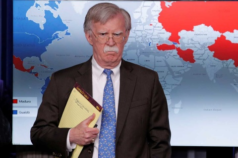 Apunte misterioso de asesor de Trump insinúa invasión a Venezuela