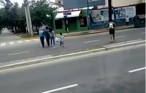 Chofer argentino ayuda a invidentes