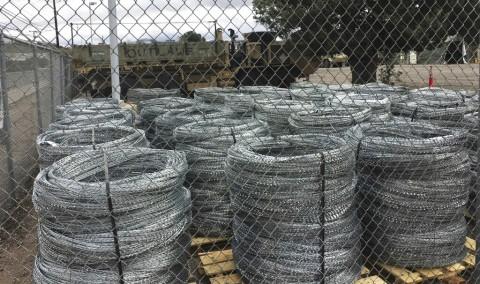 Alambre de púas en el muro fronterizo con México