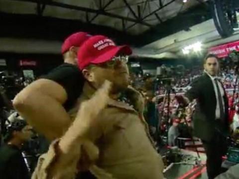 Seguidor de Trump golpea brutalmente a reportero de la BBC