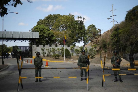 Llama Guaidó a redoblar presión sobre militares para que permitan entrada de ayuda humanitaria