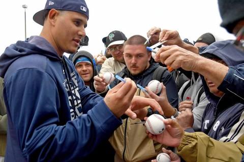 Machado firma autógrafos a los aficionados de los Padres de San Diego