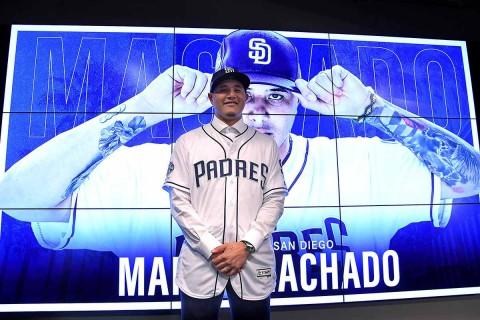 Manny Machado posa para las cámaras en su presentación