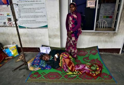 Otro caso de alcohol adulterado en India causa al menos 93 muertos