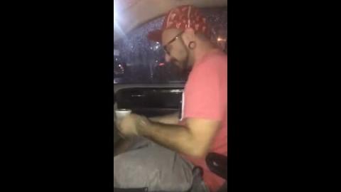 Hombre acusado de poner testículos en salsa de cliente