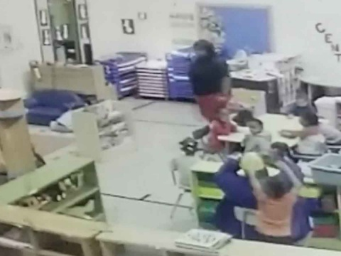 Maestra de kinder avienta brutalmente a niña contra el piso