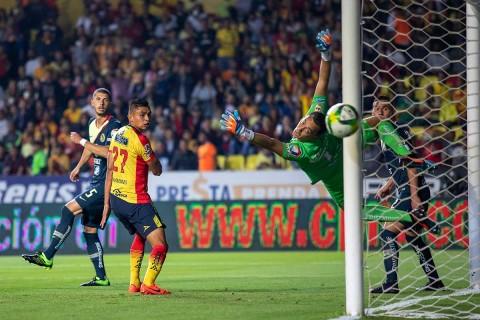 Marchesín se lanza para desviar un balón que pasó cerca de su arco.