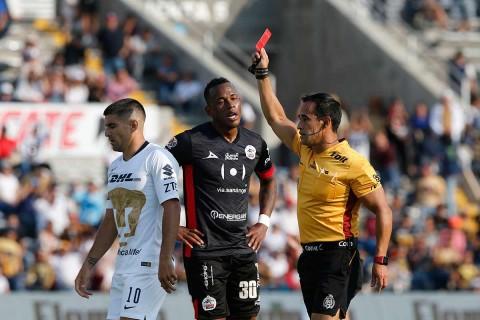 Leiton Jiménez ve cómo el árbitro le saca la tarjeta roja por una falta sobre Juan Iturbe.