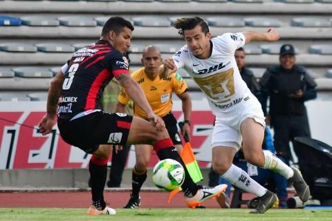 Alan Mozo se quita la marca del Maza Rodríguez en el partido entre Lobos y Pumas.