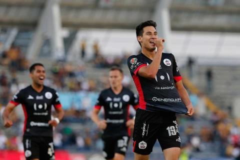 Mauro Lainez celebra su anotación, el segundo gol de Lobos sobre Pumas,