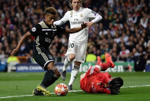 Neres define ante el portero vencido para poner el segundo gol del Ajax contra el Real Madrid.