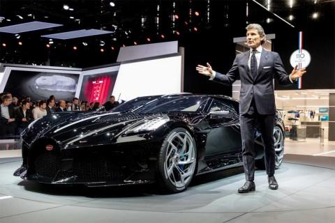 """""""La Voiture Noire"""" -""""El Auto Negro"""" en francés- es un auto deportivo con un enorme motor de 16 cilindros y la clásica parrilla delantera de Bugatti"""