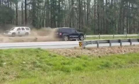 Misterioso accidente de auto 'roza' a la caravana de Donald Trump