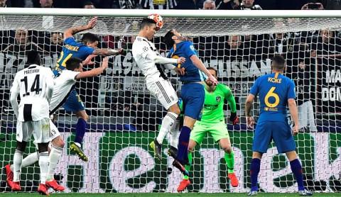 Cristiano Ronaldo anota el segundo gol, también de cabeza.