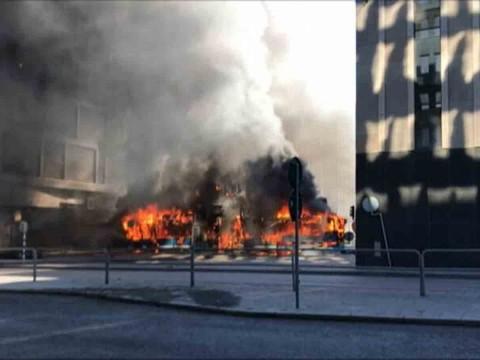 Captan aterrador choque y explosión de autobús en Suecia
